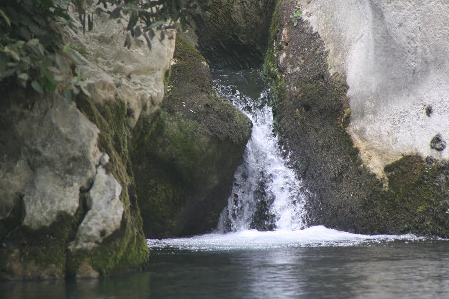 Cascada De La Cueva Del Gato